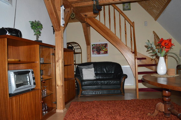 Sitzecke mit Blick auf die Treppe, die zur Galerie führt