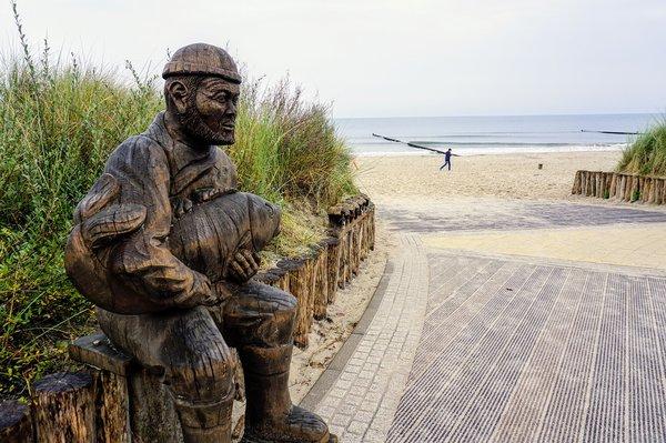 Holzfigur am Strandzugang