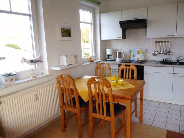 Wohn- und Essbereich mit Blick auf die Küchenzeile
