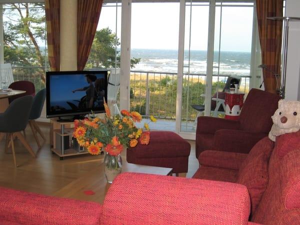 Wohnzimmer mit hinten links angrenzendem Eßbereich, beides mit freiem Meerblick (Parkett, Safe,  Insektenschutzgitter), kostenfreies Sky-TV & WLAN