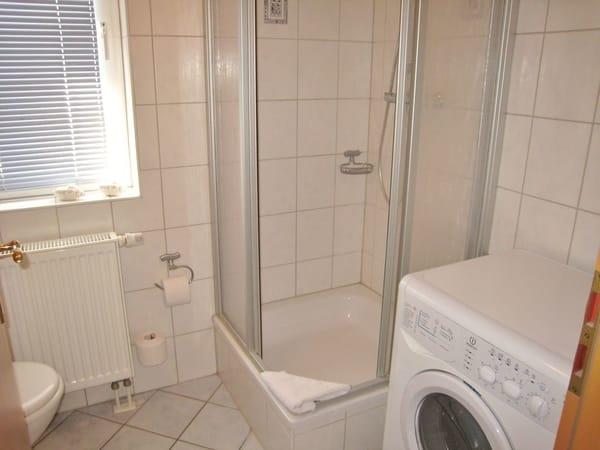 Blick ins zweite Bad mit Dusche / WC, hier steht auch die Münzwaschmaschine.