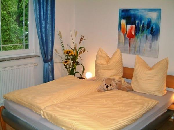 Blick in eines der beiden Schlafzimmer - beide mit Doppelbett (Parkett, getrennte Matratzen, Insektenschutzgitter)
