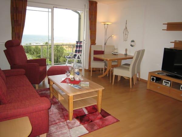 Blick ins Wohnzimmer mit freiem Meerblick (Parkett, Safe), Flachbildschirm-TV,  kostenfreies Sky-TV & WLAN.