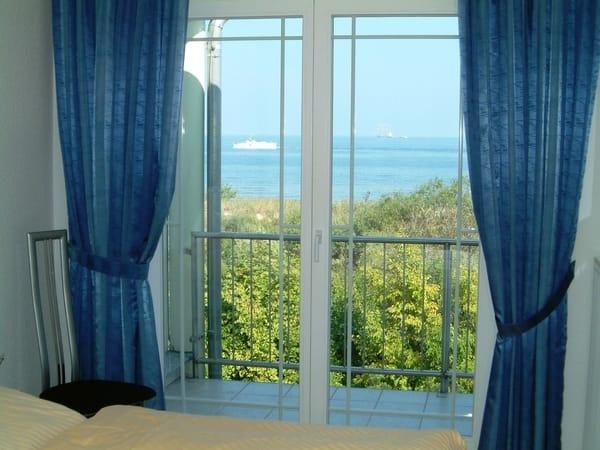 Blick vom Schlafzimmer aus; auch von hier gelangt man auf den großen Balkon (Parkett, getrennte Matratzen, Insektenschutzgitter und Verdunklungsvorhänge)