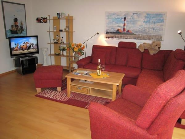 Gemütlicher Wohnbereich mit neuem TV. Kostenfreies Sky-TV & WLAN. Parkett, Safe, Insektenschutzgitter.