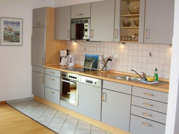 Blick auf den gut ausgestatteten Küchenbereich mit vielen E-Geräten, Geschirrspüler und Backofen.