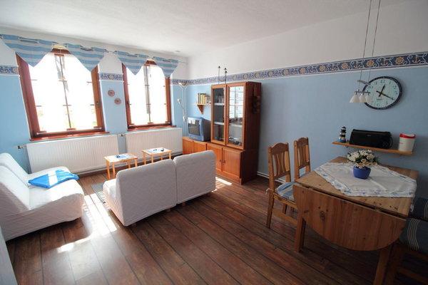 Wohnzimmer mit Fensterblick zur Südseite