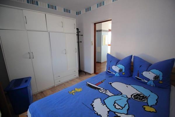kleines Schlafzimmer mit 1,40m breitem Doppelbett