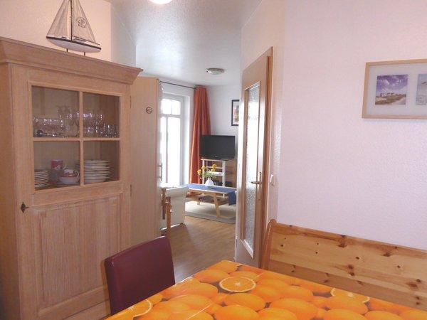 Blick von der Küche in das Wohnzimmer