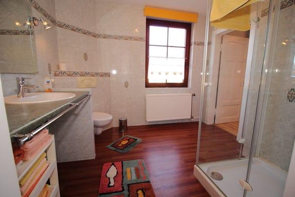 geräumiges modernes Bad - rechts Zugang zum kleinen Schlafzimmer