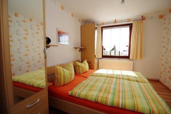 Schlafzimmer mit 1,80m breitem Doppelbett