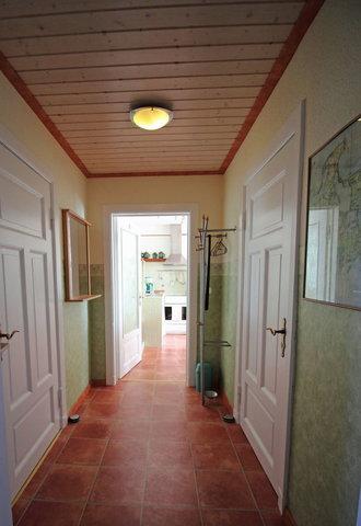Blick ins Wohnzimmer mit der integrierten Küche