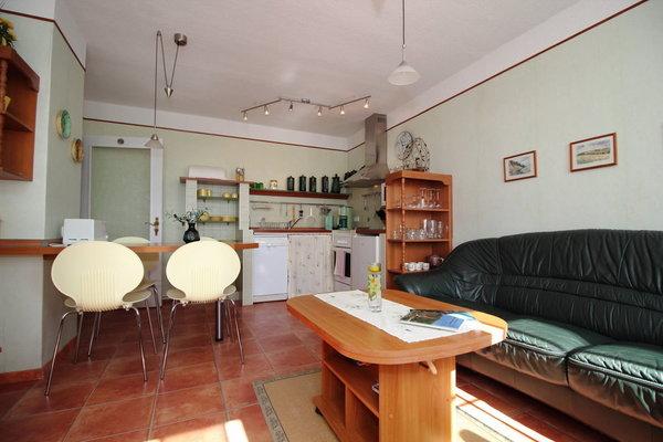 Wohnzimmer mit Essbereich und integrierter Küche