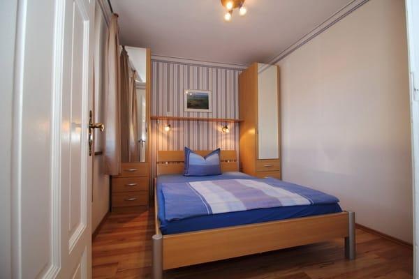 kleines Schlafzimmer mit 1,40m breitem Doppelbettt - Zugang vom Bad aus