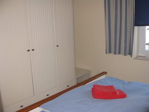 Geräumiger Wäscheschrank im Schlafzimmer