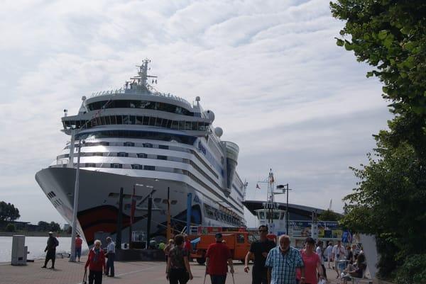 Kreuzliner im Hafen von Warnemünde