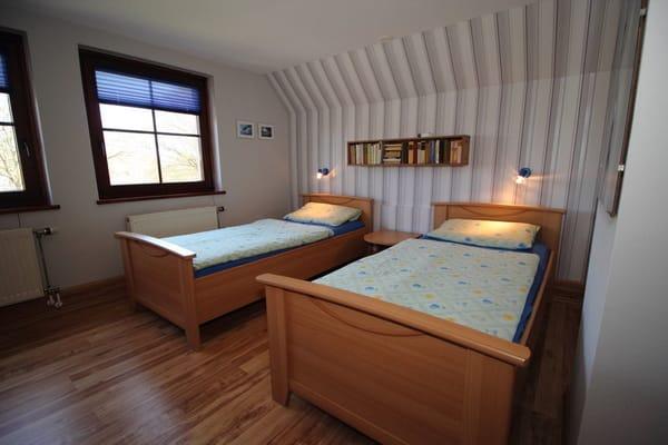 2 Bett-Schlafzimmer mit Fensterblick zur Ostseite