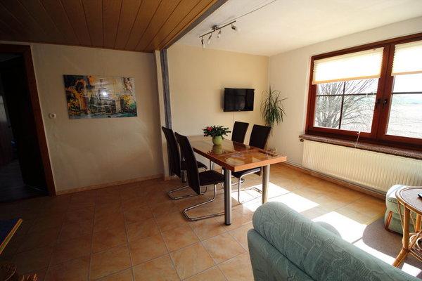 Die Essecke im Wohnzimmer mit Fensterblick zur Südseite