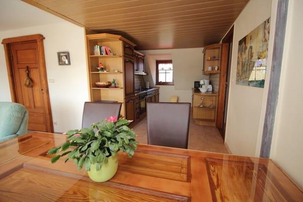 Blick von dem Esstisch in die offene Küche