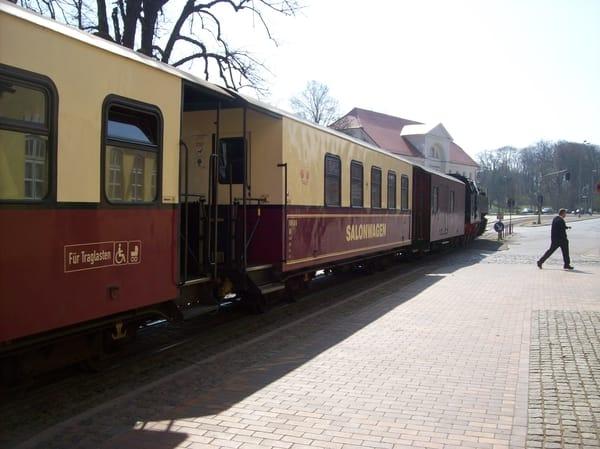 """Zeitreise mit der historischen Schmalspurbahn """"Molli"""", hier an der Haltestelle Mitte in Bad Doberan"""
