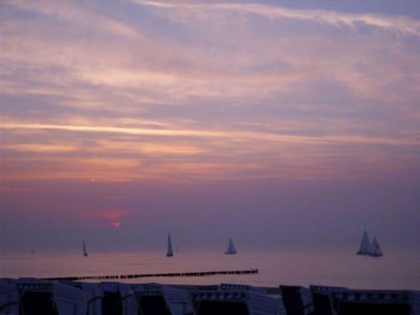 Romantik pur weiße Segel in der Abendsonne