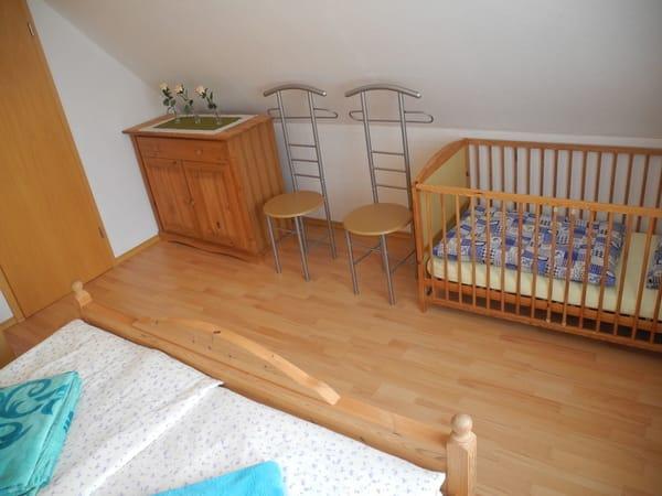 Das Elternschlafzimmer mit Kinderbett