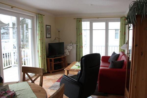 Wohnraum mit Zugang zu zwei großen Balkonen