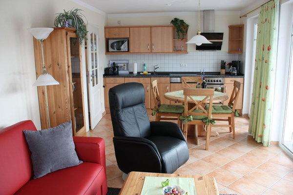 Wohnraum mit komplett ausgestatteter Küchenzeile