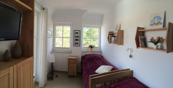 zweites Schlafzimmer mit erstklassigen Seniorenbetten, an Ostterrasse