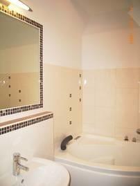 großes Bad mit Tageslicht, Whirlwanne und Sauna-Dampfdusche