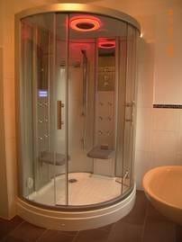 großes Bad: Sauna-Dampfdusche mit  Aroma- und Farblichttherapie, trop. Regendusche usw.