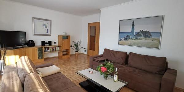 modernes Wohnzimmer mit Bio-Kamin und zwei Schlafsofas