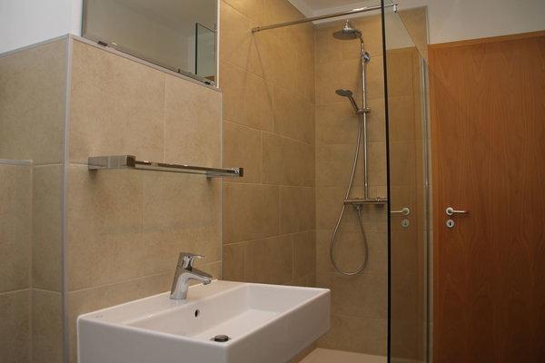 Modernes Bad mit Wellnessdusche und WC