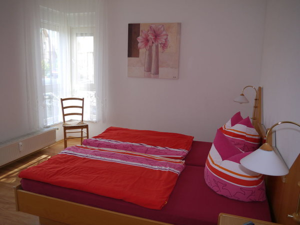 großzügiges Schlafzimmer mit Doppelbett