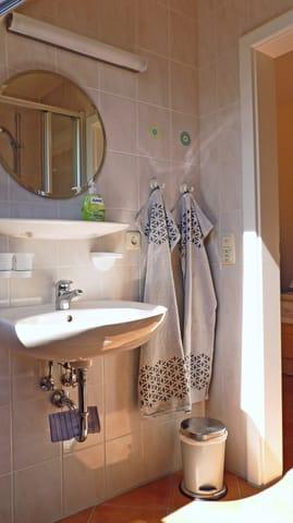 Waschtisch mit Ablage und Spiegel inklusive Beleuchtung und Elektroanschluß