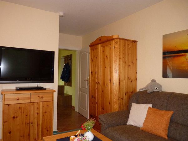 Wohn-/Schlafzimmer im Echtholzambiente mit Teppichboden, Wand- und Fußbodenheizung, Doppelbett inkl. beids. Nachtschränken