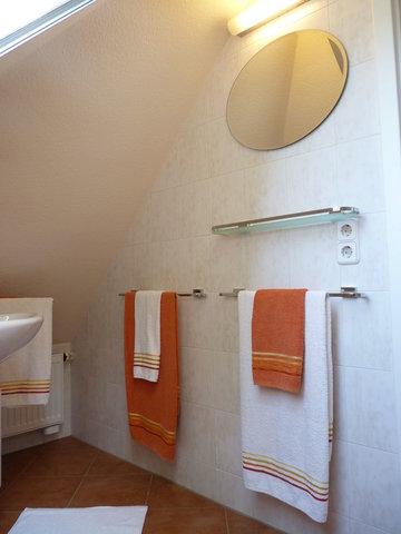 ... vis-a-vis zum Waschtisch runden ein beleuchteter Wandspiegel und wertigen Badaccessoires runden den Gesamteindruck des GästeWC's ab.