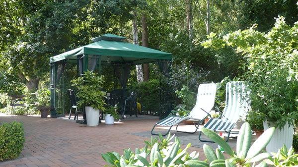 Entspannen im Grünen ! Lassen Sie nach einem sonnigen Strandtag den Abend in familiärer Runde, ruhiger Atmosphäre und ohne die lästigen Plagegeister (Pavilion mit Insektenschutz ausgest.) ausklingen.