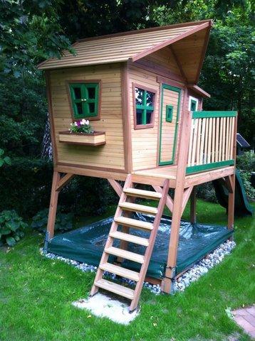 Schauen Sie entspannt von Ihrem Pavilion Ihren Kindern beim Spielen im eigens dafür errichteten Spielhaus mit Sandksten zu ...