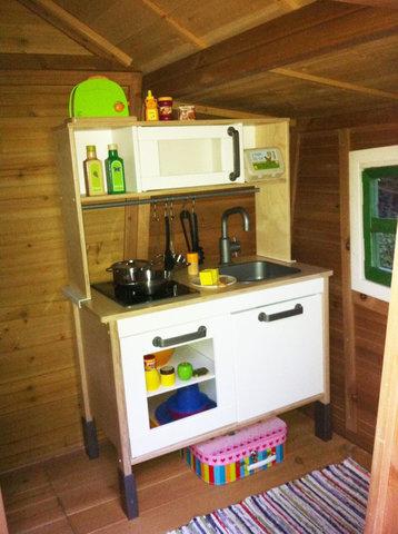 Die liebevoll gestaltete und kindergerechte Inneneinrichtung im Stile einer Küche mit Tisch und kleiner Sitzbank laden zum Verweilen und Spielen ein