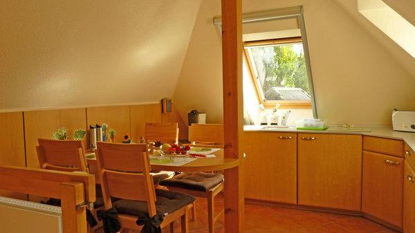 Die separate Küche im DG ist ausgestattet mit einer Eckküche (4-Zonen-Ceran-Kochfeld), Kühlschrank, Spüle, Kaffeemaschine, Toaster, Wasserkocher und Radio, bietet Platz für 4 Pers.+Kind, ist beheizbar