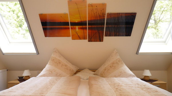Buchungsoption: 2. Schlafzimmer im DG gelegen (ca. 12,5 m²), Zugang erfolgt über Treppe zum DG (via Küche), ist ausgestattet mit einem Ehebett inkl. beids. NS, 2 Fenster inkl. Jalousie & Insektenrollo