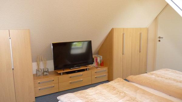 Einbauschränke sorgen für genügend Stauraum und eine Flachstrecke mit LCD-Flachbildschirm runden das Ambiente ab, so lässt sich der Fersehabend zu zweit auch vom Bett aus  genießen (Wandheizung)