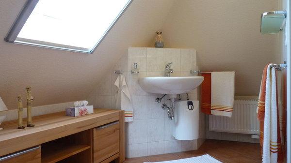 Vom Schlafzimmer aus zugänglich, befindet sich das GästeWC (ca. 4,5 m²) ausgestattet mit Waschtisch und WC inkl. Heizung und Sideboard u. a. für die Ablage Ihre persönlichen Dinge ...