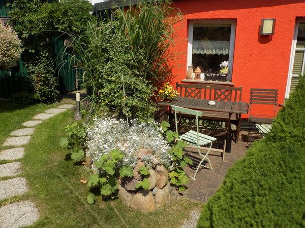 Die Sonnenterrasse mit Gartenmöbeln