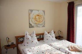 Schlafzimmer mit Bett 1,80 x 2,00 m