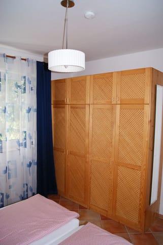 der Kleiderschrank in Vollholz im Schlafzimmer