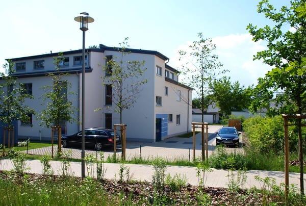 Hauseingang mit Parkplatz