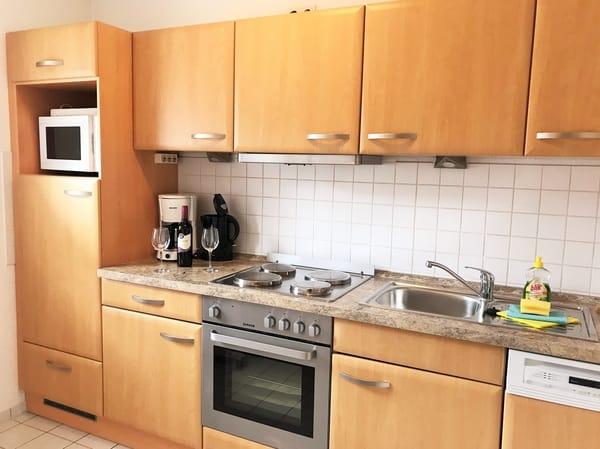 moderne Küche mit allen erforderlichen Geräten