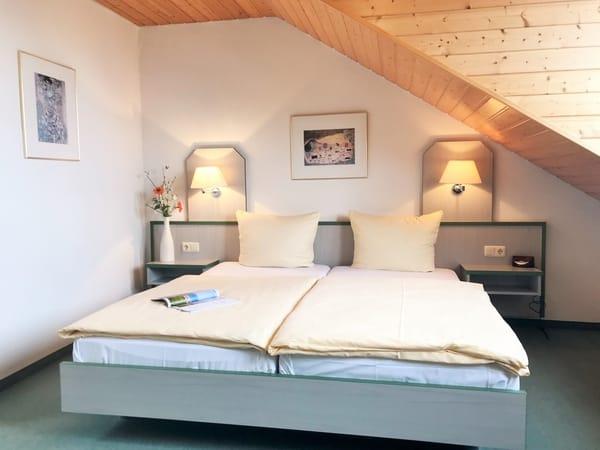 freundliches und geräumiges 1. Schlafzimmer (im OG)